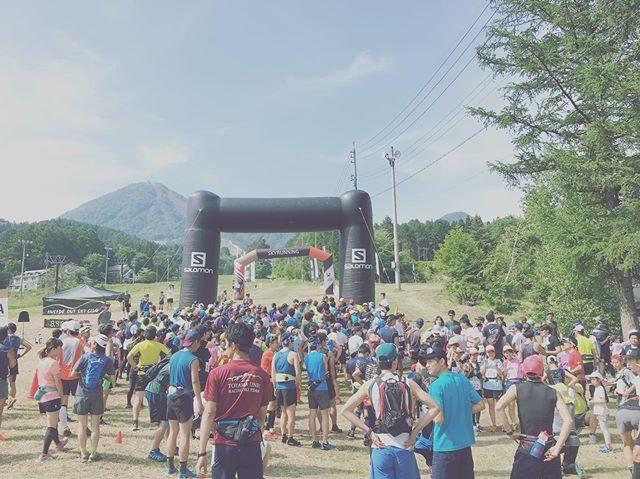 たかやしろトレイルランニングレース12キロの山の旅は暑さとの戦いだったようです。まだ 中学1年生来シーズンに向けてまずはレースの感覚を掴んでとにかく 無事に戻って来てくれたら。という親の想いをよそに日本選手権につきポイント2倍ってところにゲーマー魂 燃え萌え全力で山と向き合った息子。9位は悔しいけれど目標に掲げていた1時間30分台でのゴールはクリアできて何よりも 走り切った達成感が嬉しい!山頂から尾根を走っていた時の景色がめちゃくちゃ絶景で気持ちよかった!もっともっと強くなって 来年戻ってくる!と レース後に話している姿を見ていると全く着いていけないけれどまたサポート頑張ろう!こんな自然の中での素晴らしいアクティビティに出会わせてくれた友人家族にありがとうー!と改めて思うのでした。そして 筋肉痛の足引きずって 学校行きましたー。#たかやしろ#たかやしろトレイルランニングレース#トレイルランニング#ジュニアトレイルラン #長野#陸上部#中学生#中学生日記#仙元山#でまたトレーニングだ#葉山 (Instagram)