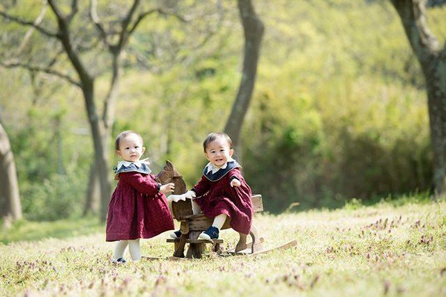 パパ似とママ似の二卵性双子ちゃんに癒されるの巻。梅雨入り。週末の撮影 全て予定通り決行判断で かなり ドキドキ。#雨降りませんように#梅雨入り#二卵性双生児#写真好きな人と繋がりたい#写真撮ってる人と繋がりたい#湘南#家族写真#twins#アルクウミスタイリング#親バカ部#kidsphotography#photostory#コドモノ (Instagram)