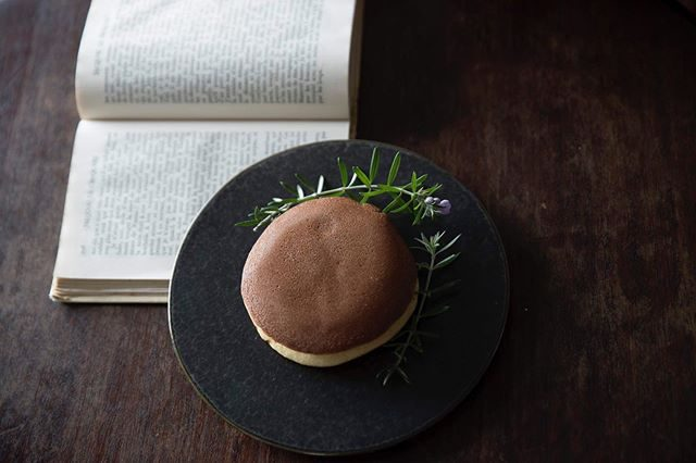 ALKU'MI スタイリングの七五三「どら焼きストーリー」夢中になって食べてる時の足元が 江戸っ子。夏でも涼しい店内で七五三。おすすめです。お問い合わせは @alku_mi さんまで。#七五三前撮り#出張撮影#アンティーク着物#鎌倉#どら焼きものがたり#三歳七五三#写真好きな人と繋がりたい#写真撮ってる人と繋がりたい#コドモノ#親バカ部#湘南#七五三 (Instagram)