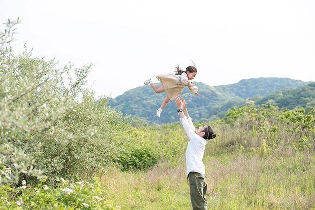 父の日。お父さんのタカイタカイが高すぎる件。いつも 撮影で無茶振りに応じてくれるお父さんたちに ありがとう我が家の父の日は昨日 フラレッスン中に倒れて意識を失い 痙攣を起こし救急搬送された娘が 今日は何事もなかったように元気になったことがなによりもの贈りものとなりました。いつ 何が起きるかわからない。毎日が宝物だなぁと改めて。#すっかり#忘れていた#父の日#慌ててビール買ってきた#出張撮影#ロケーションフォト#写真好きな人と繋がりたい#写真撮ってる人と繋がりたい#kidsphotography#湘南#birthdayphoto (Instagram)