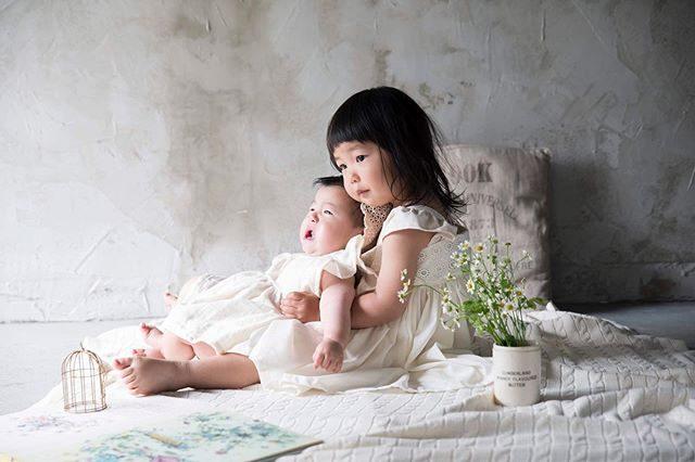 泣く妹を抱っこするお姉ちゃん。まだおしゃべりができない赤ちゃんは足の指先まで全身全霊でキモチを伝えてくるから愛しい。#夏はやっぱり#アルクウミスタイリング#涼しい店内#babyphoto#kidsphotography#湘南#鎌倉#出張撮影#ハンドメイド#ハンドメイド子ども服#写真好きな人と繋がりたい#写真撮ってる人と繋がりたい#ig_japan#アンティーク#キッズモデル#姉妹 (Instagram)