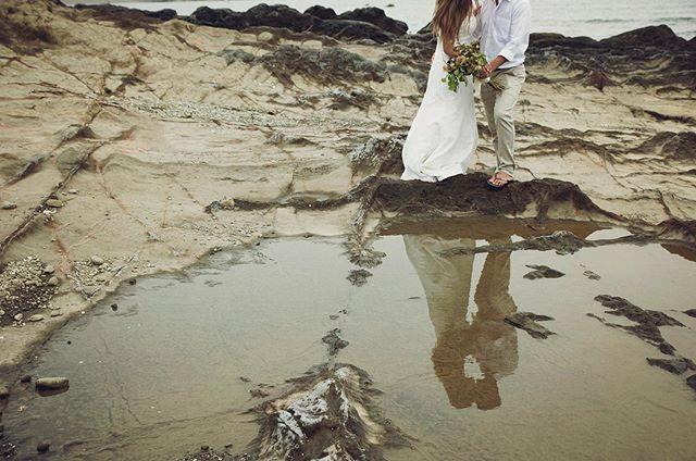 蟹座の新月。潮が引く時間帯は家の近くの海がドラマチックな場所になるのでありがたい。#ロケーションフォト#wedding#weddingphoto#ウェディング前撮り#beach#一色海岸#葉山#出張撮影#新月#蟹座の新月#葉山#湘南ウェディング#weddingbouqet#ウェディングブーケ#vintageweddingdress#写真好きな人と繋がりたい#プレ花嫁 (Instagram)