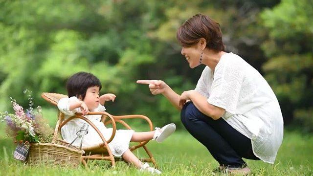 Miwaちゃんが 笑ったママの手話の歌「ハピネス」で笑った。嬉しそうな姿に 歌の歌詞の通りシアワセが広がった瞬間をシェアさせていただきます。サポートが必要なお子様やきょうだい児たちが楽しく思い出になるような家族の記念の1日を写真で残したいという想いに共感してサポートしてくれている@tamiko829 ちゃんはMiwaちゃんが生まれてからダンス療法士の資格を取得したり福祉での色々な活動の幅を広げはじめたくさんの人たちに喜びとシアワセを届けています。私もこの夏は手話を習得したい!#4歳#お誕生日記念#療育#手話#子ども医療#療育支援#出張撮影#ロケーションフォト#湘南#子育て支援#きょうだい児#写真好きな人と繋がりたい#kidsphotography#ig_japan#愛は地球を救う#家族の愛 (Instagram)