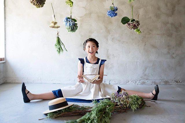 関東梅雨明け。夏のはじまりはみーちゃんのロックな白目から。@alku_mi さんでは紹介しないであろう #アルクウミ白目スタイリング#モデルスカウトのお問い合わせは  @leplaisir_leplaisir さんまで。#動画の方がオススメ#出張撮影#紫陽花#kidsphotography#ig_japan#キッズモデル#モデル#summerfinally#鎌倉#写真好きな人と繋がりたい#梅雨明け#ハンドメイド子ども服#アンティーク#vsco (Instagram)