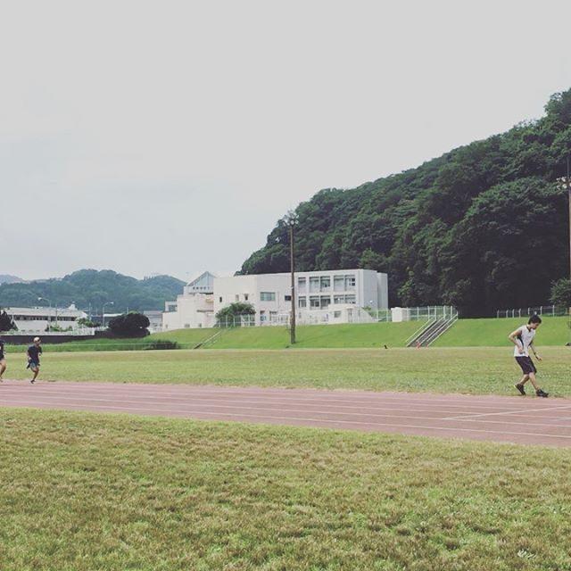 塔ノ岳に続き 翌朝は@runningzushi 2時間のトレーニングののち「お話しはちゃんと聞きましょう」な2人。。明日朝は 練習不足解消のため@sengenyama に初参加のようで また早起き。#お世話になります#未だ #宿題終わらず #レースに出るか微妙なところだけど #トラック練習#中学生日記 #中学生陸上部 #お盆休み (Instagram)