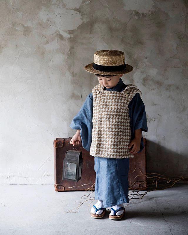 三歳男の子の七五三撮影ここ 関東地方でもじわじわと 浸透しているようです。@alku_mi さんの店内撮影店主さんが仕立てたお着物をベースにお被布チェンジ できるんです。#出張撮影#七五三#3歳七五三#ハンドメイド着物#ハンドメイドお被布#お被布#アンティーク#鎌倉#kidsphotography#着物#湘南#コドモノ#親バカ部 (Instagram)