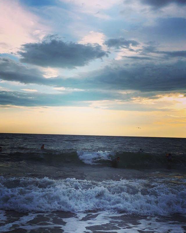 8月最後の日。撮影終えて 海へ。日暮れまで ボディボードを楽しむ先輩とビーチラン3キロののちタピオカミルクティー飲み納めてサクッと帰る後輩。ただいま 絶賛 テスト期間中につき部活のない時間 それぞれの 海の愉しみ方。#明日も早朝逗子でビーチラン#中学生#陸上部#ビーチラン#一色海岸#中学生日記#bluemoon#海の家#葉山#ボディボード (Instagram)