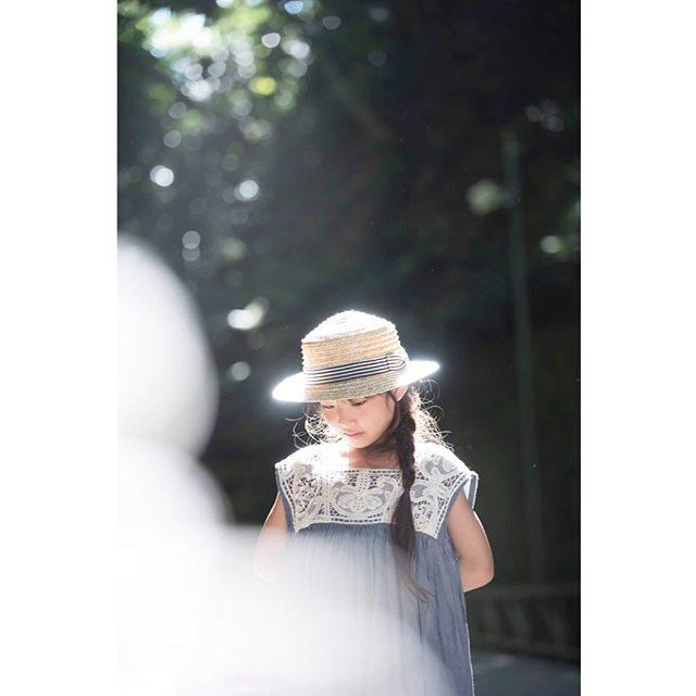 撮影前にお気に入りの麦わら帽子が風に飛ばされ海に落ちてしまいポロポロ 涙を流しながらもまだ湿っている帽子を被ってくれた女の子写真を見たときにまた 悲しい気持ちにならないよう麦わら帽子を光で包み込みました。キラキラな光と一緒に笑顔が戻ってきてよかった♪#猿島#ルフィ島#ハンドメイド子ども服#出張撮影#ロケーションフォト#横須賀#写真好きな人と繋がりたい#写真撮ってる人と繋がりたい#キッズモデル#コドモノ (Instagram)