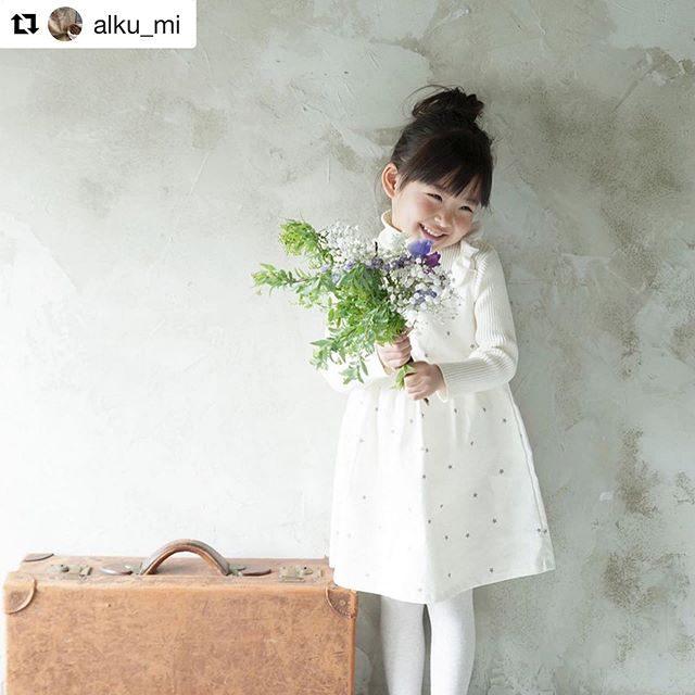 ALKU'MIさんの衣装着てお花をお子様と一緒に選んでいただいてミニミニ撮影会。5,000円の撮影料金の中にお花も含まれていますがおススメは 断然お花追加のボリュームアップ︎クリスマス用にスワッグなども きっと素敵です。ご夫婦や 赤ちゃん ご家族も是非。#Repost @alku_mi with @get_repost・・・..お花とブロカント.10/4 (fri)10:30〜16:30.ito photography × ALKU'MI.5スナップミニミニ撮影!!.@leplaisir_leplaisir のミニブーケと一緒にALKU'MI店内にて秋の1枚を残しませんか?クリスマスの雰囲気でお部屋に飾れるように…年賀状用に…マタニティの記念に…などなど、いつもはお子さま撮影のみですがこの日は大人の方もぜひ♫.お1人¥5,000+tax .ご夫婦 ¥5,000+tax .ご家族 ¥10,000+tax .. *エントランスマーケットにてお好きなお花を選んでいただきleplaisir_leplaisir によるミニブーケと一緒に撮影*データ5枚をメールにてお届け*お子さまはご希望ございましたらALKU'MIのお洋服も着ていただけます( 私服でもかまいません )*10分ほどの撮影になります*ご予約くださいました方の中よりリピーターさん限定で、お写真1枚ポストカードにしてプレゼント!!.☆11:00〜/ 11:15〜/ ☆11:30〜/ 11:45〜12:00〜/ 12:15〜/ 12:30〜/ 12:45〜13:00〜/ 13:15〜/ 13:30〜/ 13:45〜☆14:00〜/ ☆14:15〜/ ☆14:30〜/ ☆14:45〜.( ☆はご予約済になります ).ご予約、お問合せはDMまで.ご希望のお時間、お名前、お電話番号、ご住所、撮影参加される方のお名前、年齢、性別、お子さまはお洋服と靴のおサイズこちらをご記入くださいませ♩..Market.当日はミニミニ撮影以外にもエントランスにて素敵なマーケットを開催します!!.@leplaisir_leplaisir  さりげないけど…存在感のあるお花やグリーンをセレクト.当日好きなお花でブーケ、スワッグなどお持ち帰りもオーダーも可能です.@brocante_icaco 🧺 遠い国の古くて愛おしいものをセレクト.陶器、ガラス、レース、バッグ、子供服、お人形、アクセサリー、絵本etc...icacoさんが各国で集めたブロカントが並びます.@naturalmarket.mai カラダとココロに優しいドリンク&スイーツ.•酵素juice•raw icecreammaiさんによる子どもからお年寄りまでカラダにおいしいものが並びます..爽やかなお天気であることを願いながら…当日までにはALKU'MI sample saleも準備できるかしら?と考えております..お楽しみに♩..#アルクウミ#アルクウミイベント #アルクウミフリマ #鎌倉 #鎌倉マーケット #鎌倉アルクウミ #ミニ撮影イベント #itophotography#leplaisir #brocante #brocanteicaco #rawfood #酵素ジュース (Instagram)